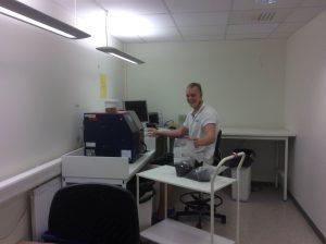 Oskar der arbejder ved NIT maskinen