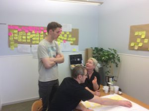 Karin, Kaj og Sebastian diskuterer detaljer.